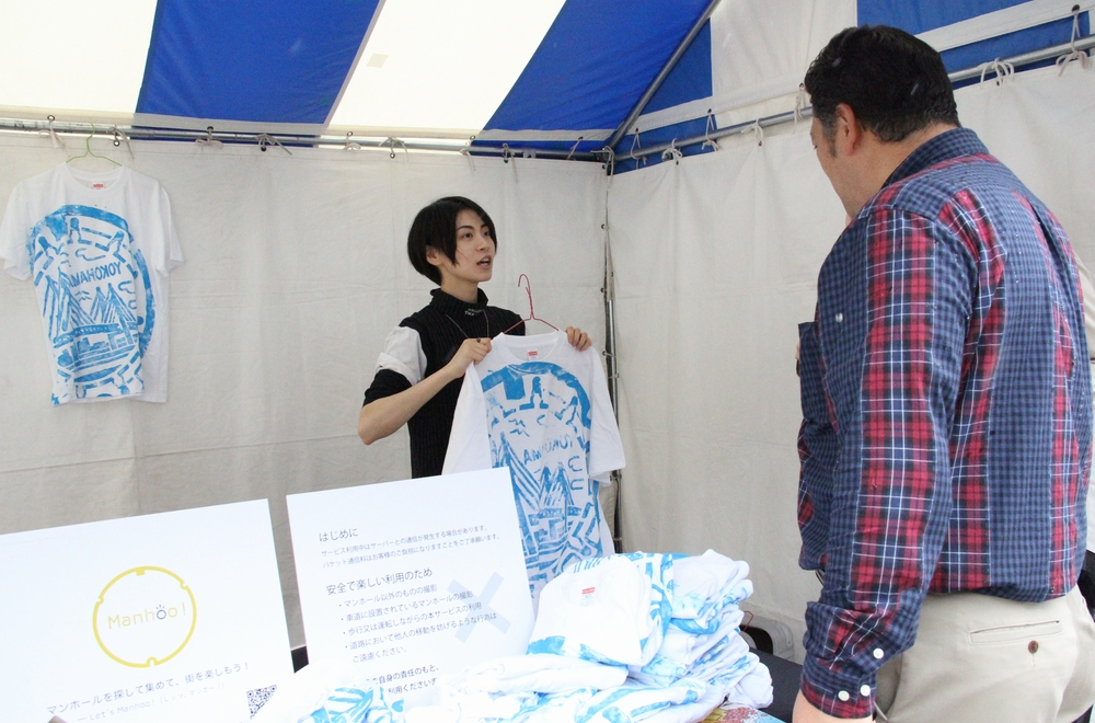 景品のデザインTシャツは、横浜市と中土木事務所の担当者と一緒にベイブリッジの蓋を使ってプリントした
