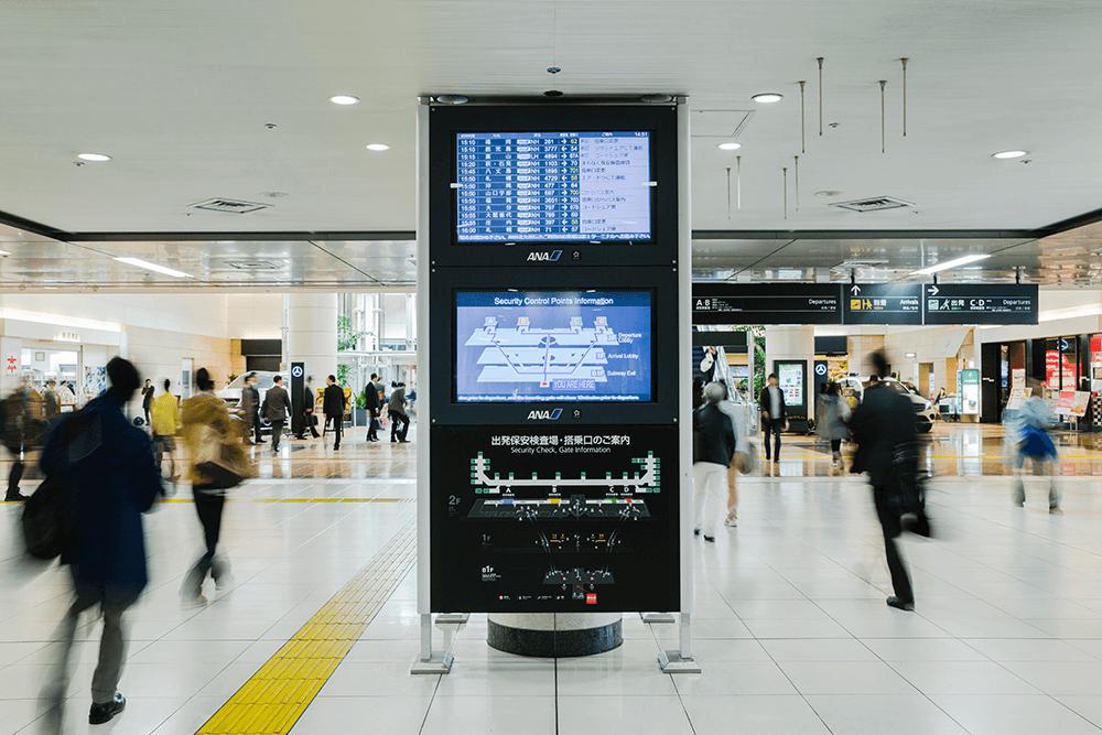 空港玄関口でも、利用者をスムーズに搭乗手続きまで導く