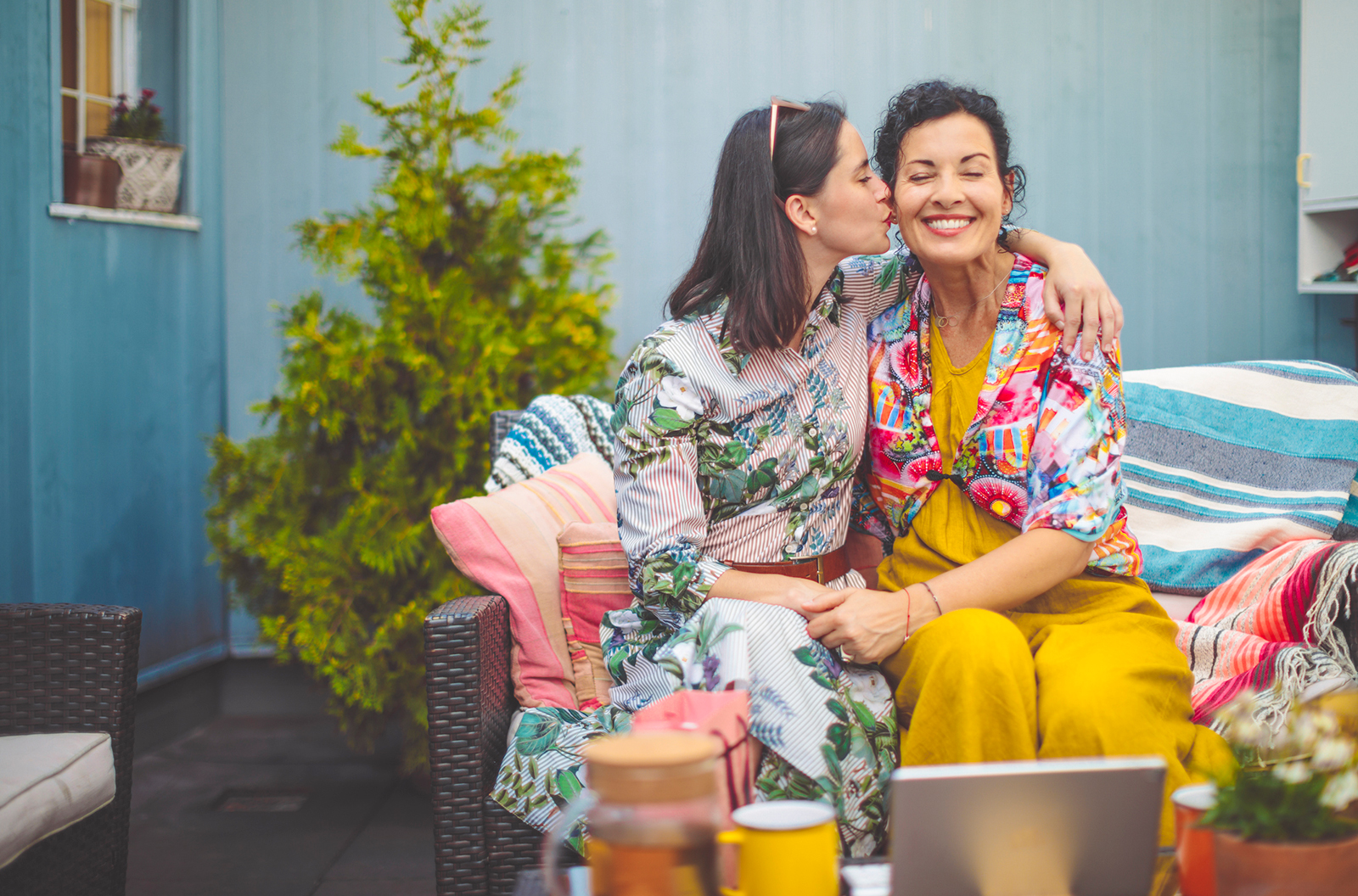 Madre e hija abrazadas - foto de stock