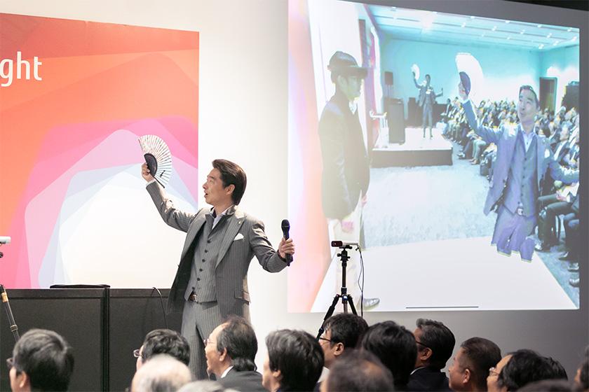写真 : テレポーテーションデモの様子。右上投影画像がヘッドセットで見えている映像