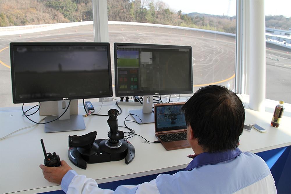 管制塔からドローンを制御し、入念にテスト