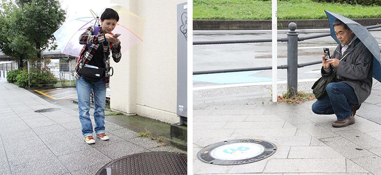 傘をさしてマンホール蓋を撮影する実験参加者