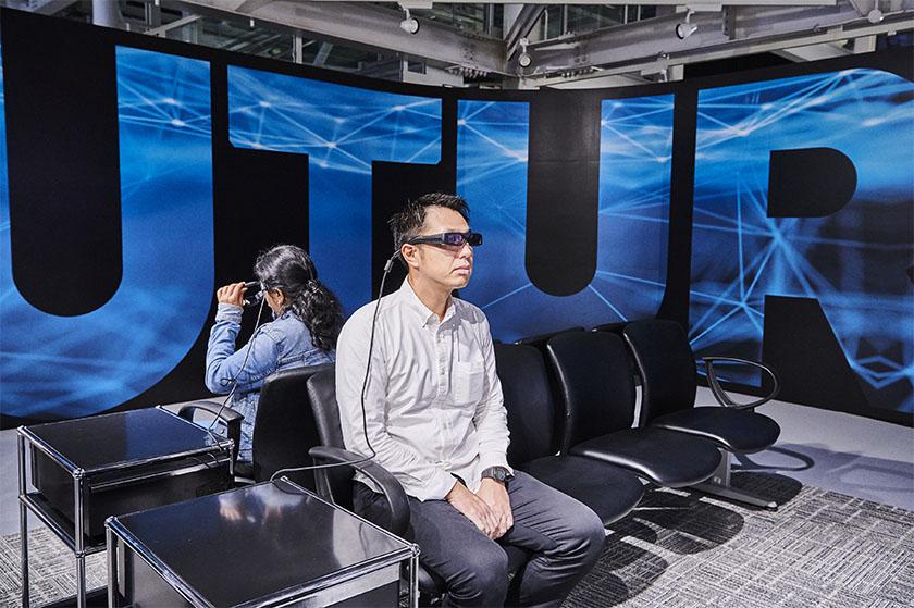 写真 : 視覚障がい者を支援する製品としても期待されている「RETISSA Display II」