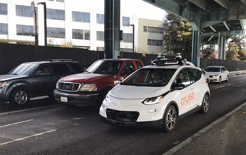 写真 : シリコンバレーの公道を走行するウェイモの自動運転車とサンフランシスコ市内の公道を走行するGMクルーズの自動運転車(撮影:日経BP総研)
