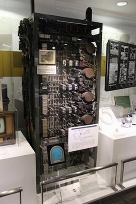 真空管時代のコンピューターは高さが180cmもあった(東芝未来科学館所蔵)