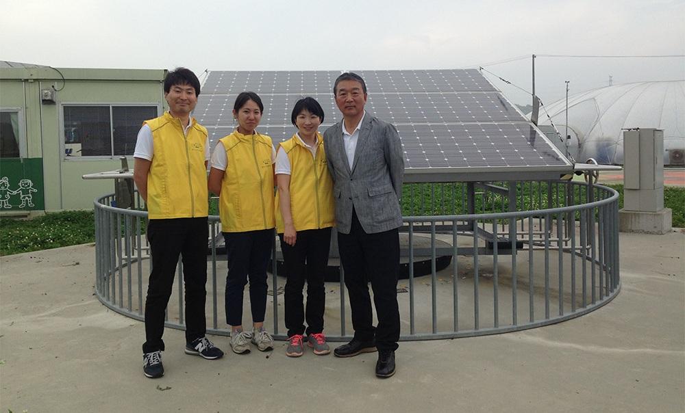一般社団法人あすびと福島 代表理事 半谷栄寿氏(右)と南相馬ソーラー・アグリパークの運営を支えるスタッフ