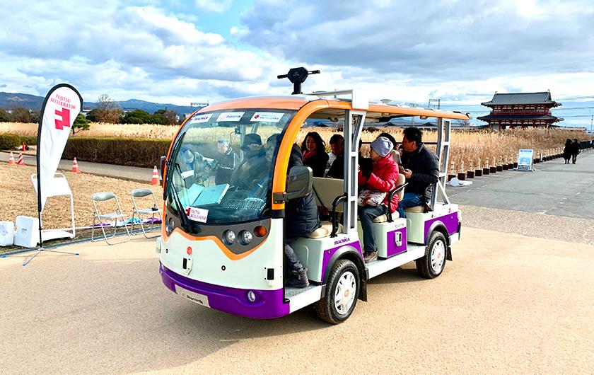 写真 : 自動運転バス「マイクロ・ロボットタクシー」で広大な園内を回遊