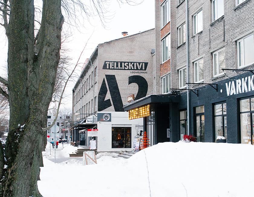 Photo : タリン駅のすぐそばにあるカルチャースペース「Telliskivi Creative City」。小さなカフェやショップ、本屋が入るほか、テックスタートアップが集まるコワーキングスペース「LIFT99」やフォトギャラリー、地元のラジオステーションもある。