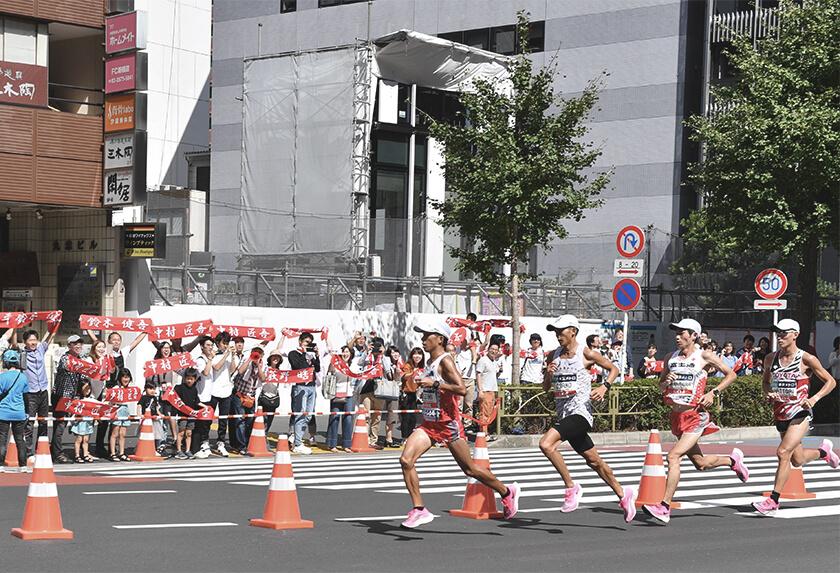 写真 : 沿道で選手に声援を送る社内応援団