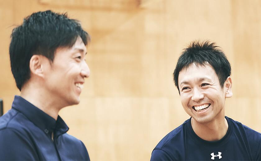 写真 : アシスタントコーチの日下光(左)・宮永雄太(右)