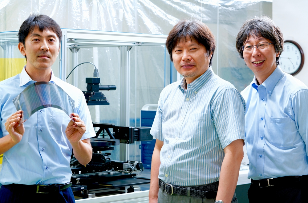 Perovskite solar cell experiment equipment From left to right: Akio Amano, Kenji Todori, and Laboratory leader Koji Mizuguchi