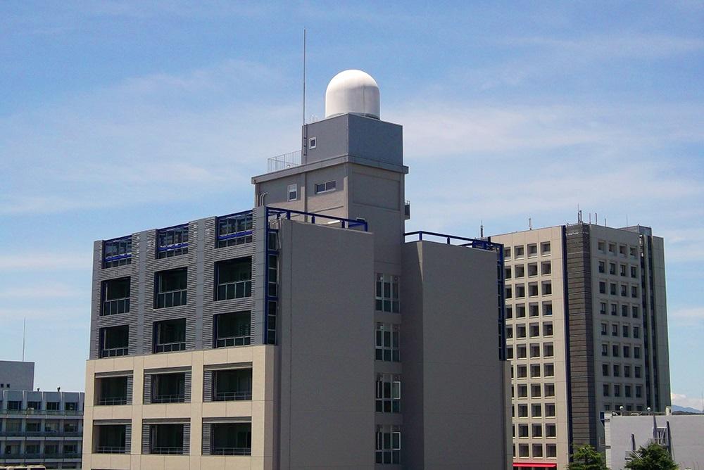 大阪大学に設置されたフェーズドアレイレーダ