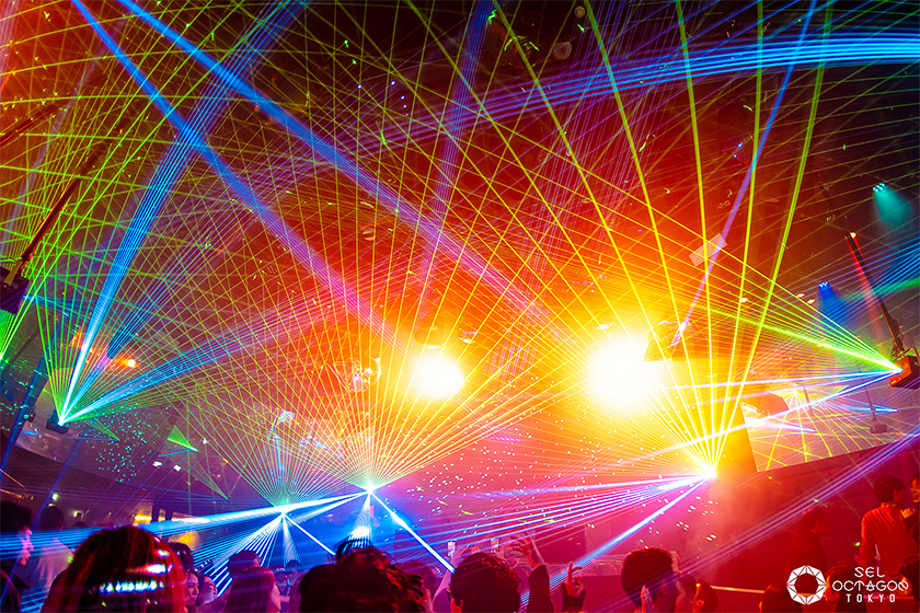 Photo : Staging with ten laser projectors and lighting livens up the dance floor (Photograph provided by Avex Inc.)