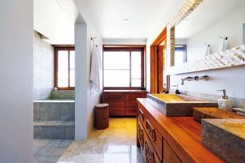 写真6床に大理石を貼った洗面室.jpg