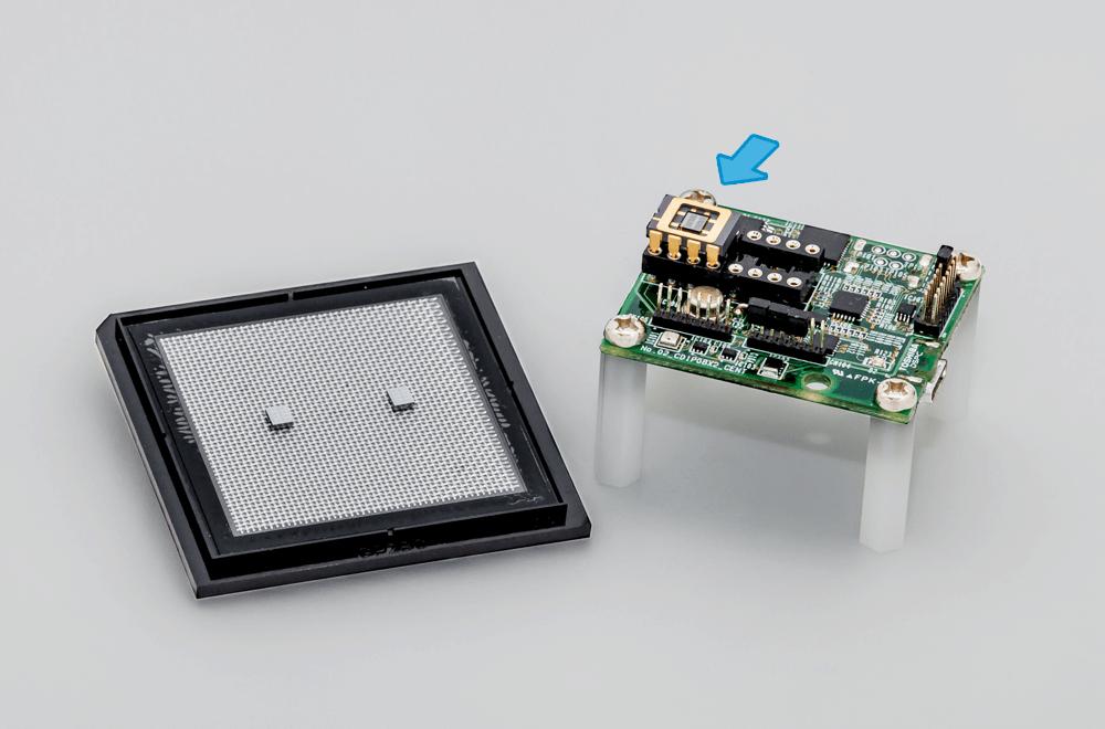 開発したチップ(左)を搭載した水素センサー(右) ※矢印はセンサーチップ搭載部