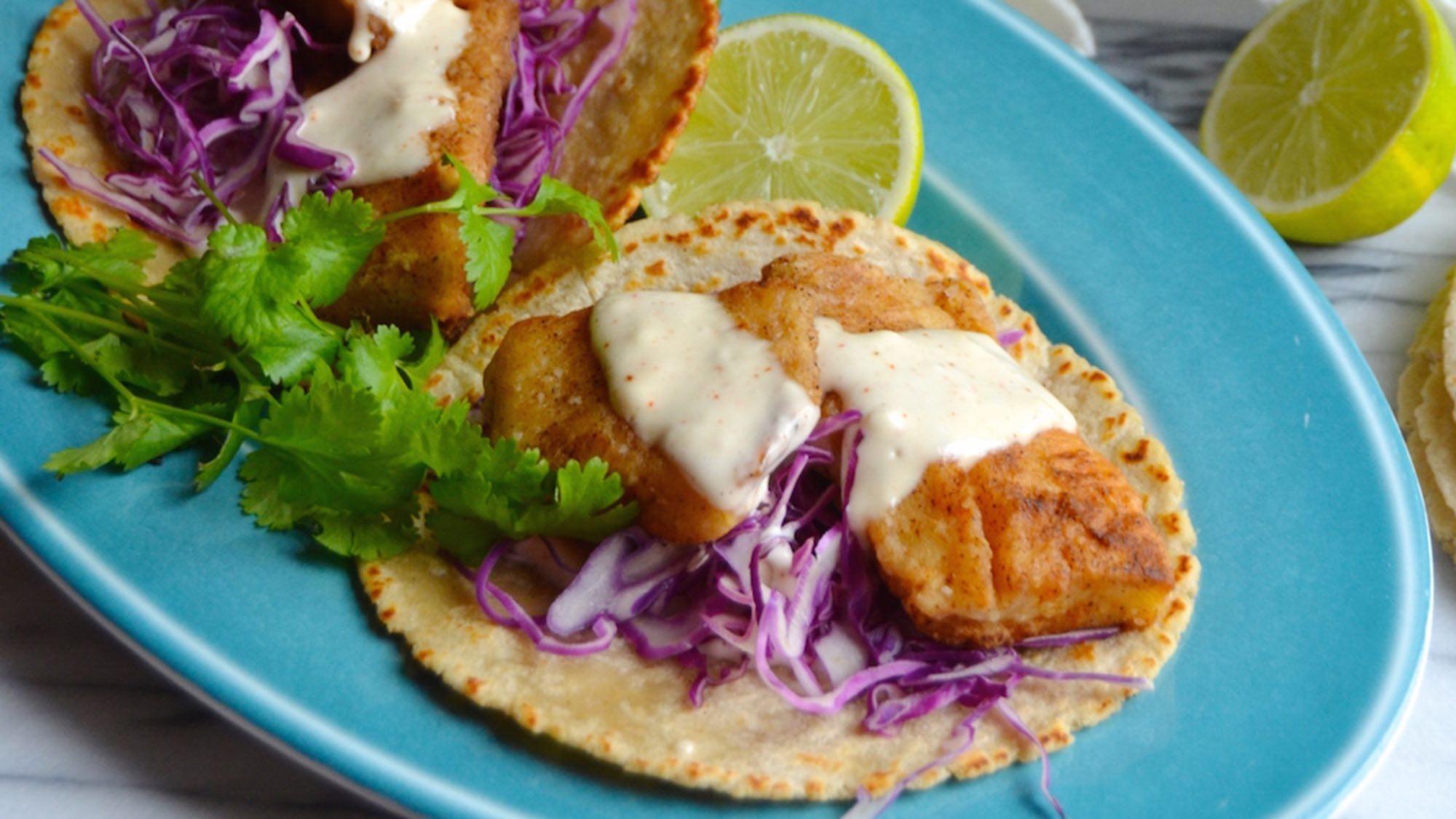 tacos_de_pescado_con_mayonesa_de_comino_y_ensalada_de_repollo_rojo_recipes_2000x1125.jpg