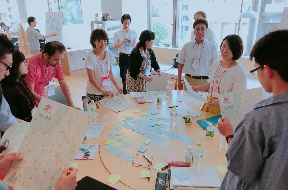 学生と朝日新聞社・東芝従業員との議論の様子