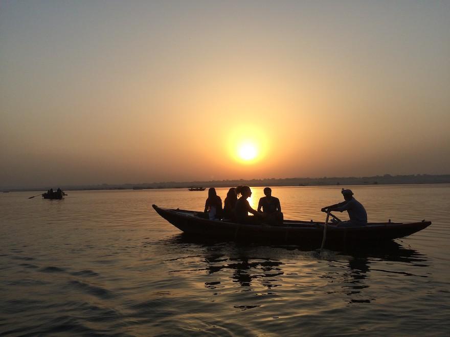 ガンジス川を渡るボート