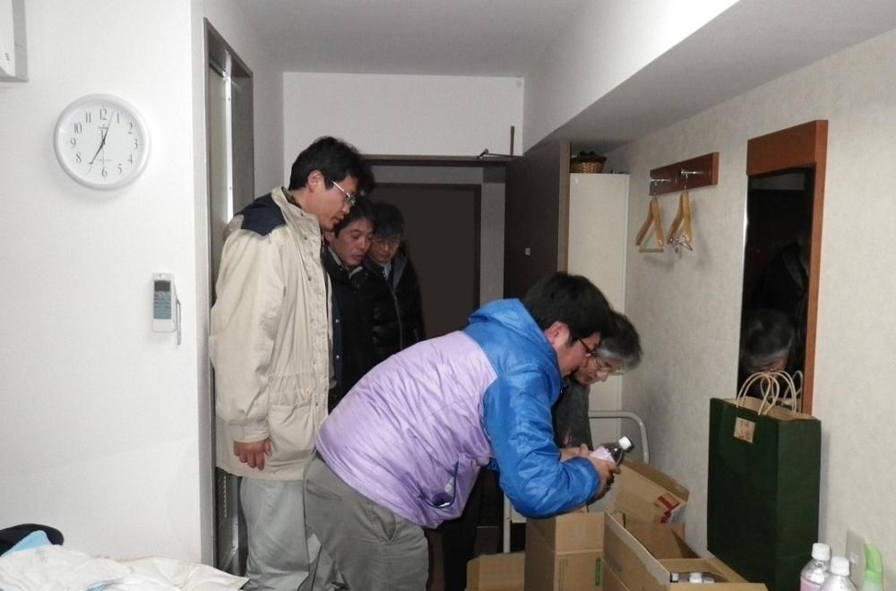 被災後、現地のホテルで準備をする土井口氏とチームメンバー
