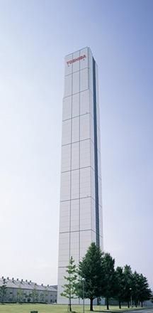 現在の府中事業所のシンボル的存在のエレベーター研究塔。1966年にエレベーターの製造が開始された