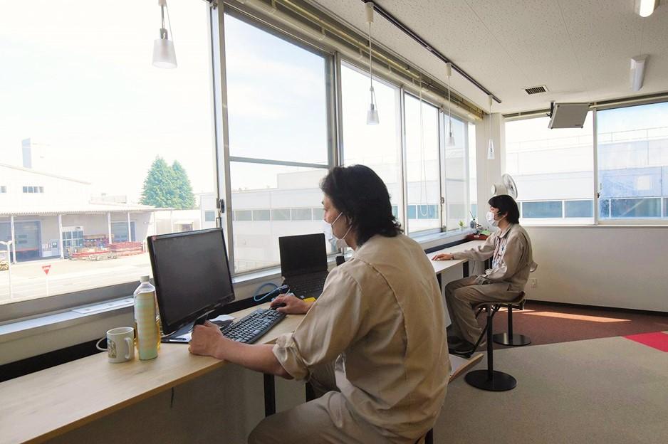 リニューアルされたオフィスで業務をする高山氏