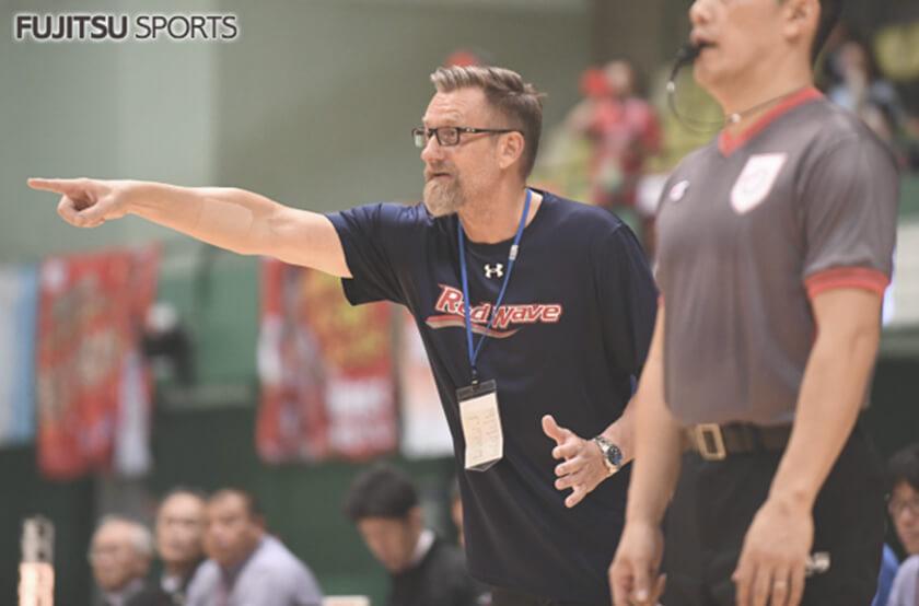 写真 : 2013-2015の2シーズンと、2018年からレッドウェーブの指揮を執るBTテーブスヘッドコーチ
