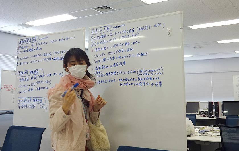 写真 : 山藤医師とオンライン会議で現場の課題を一つひとつ聞きとり、システムに反映。20回の機能強化を繰り返した。