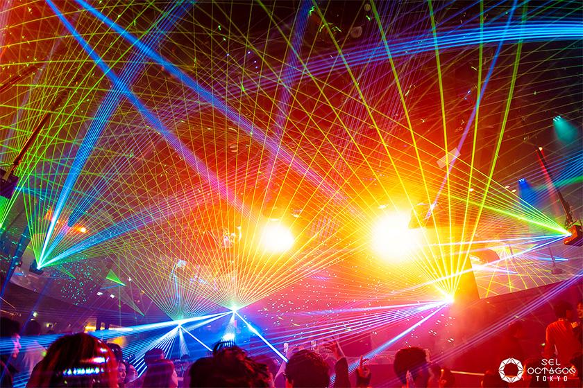 写真 : 10台のレーザー投影機と照明を使った演出が、ダンスフロアを盛り上げる(写真提供:エイベックス)