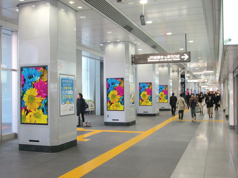 東京駅構内に設置された東芝の業務用ディスプレイ