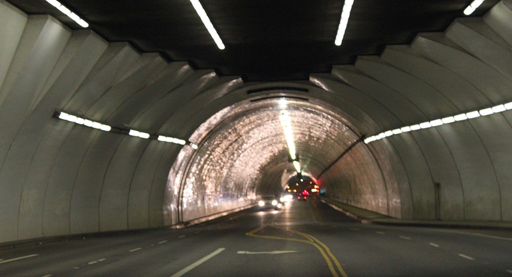 1024px-Second_Street_Tunnel_(as_seen_in_many_Hollywood_Movies_&_countless_auto_commercials_on_TV)_(10434910853).jpg