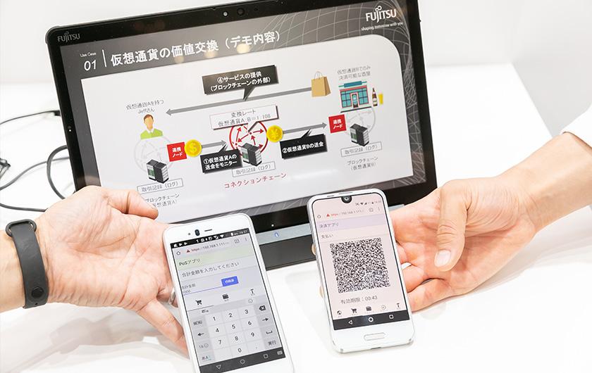 写真 : QRコード決済を模したシステムをデモ展示。右がエンドユーザー、左がPOSのバーコードリーダの画面