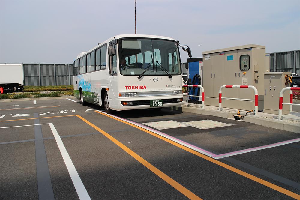 充電のために送電パッド上へ向かうEVバス