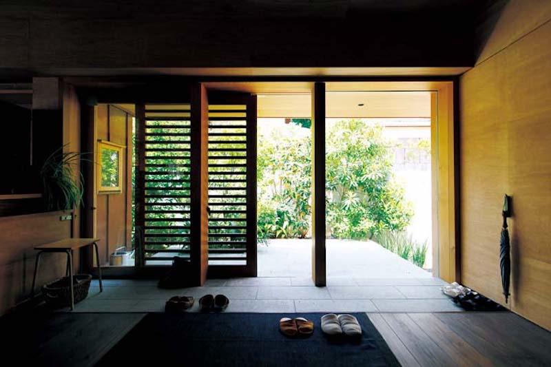 写真8床に十和田石を貼った玄関.jpg