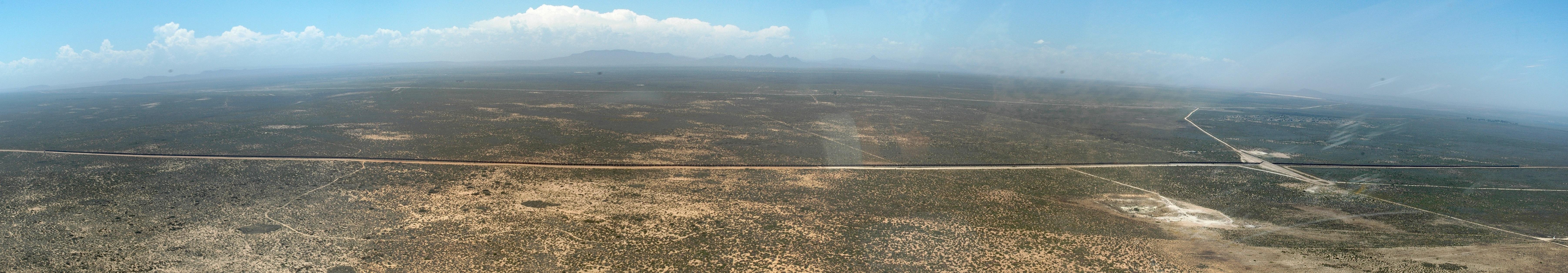 シシェン-サルダナを結ぶ鉄鋼石線の空中写真 (アブリ・レ・ルー氏撮影)