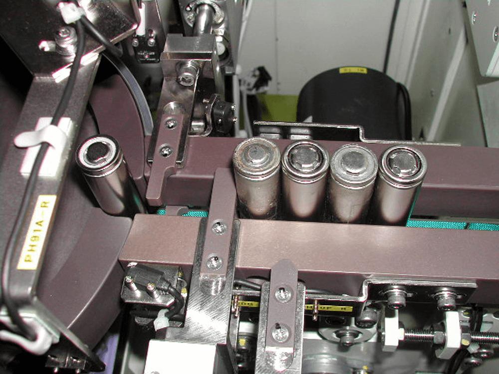 電池の電極に不備があるかどうか、生産ラインに組み込んだ装置で高速に判別する技術が普及している