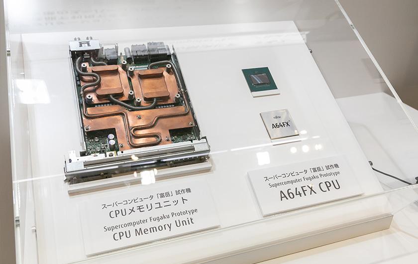 写真 : 富岳のCPUメモリユニット(左)とCPU(右)。システムの規模が大きくなるため、多くのスーパーコンピュータでは「水冷方式」を採用