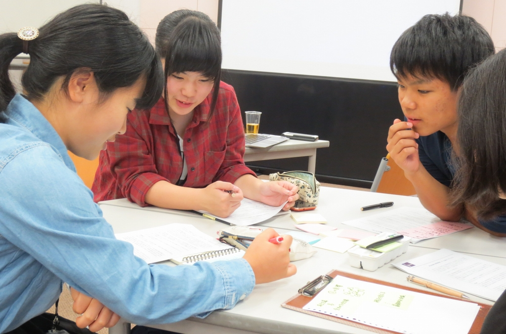 IMAGE OF CHILDREN DURIING A WORKSHOP
