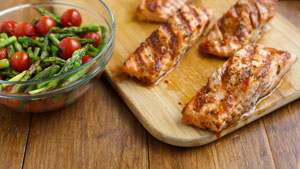 How to make salmon with tomato, garlic and wine
