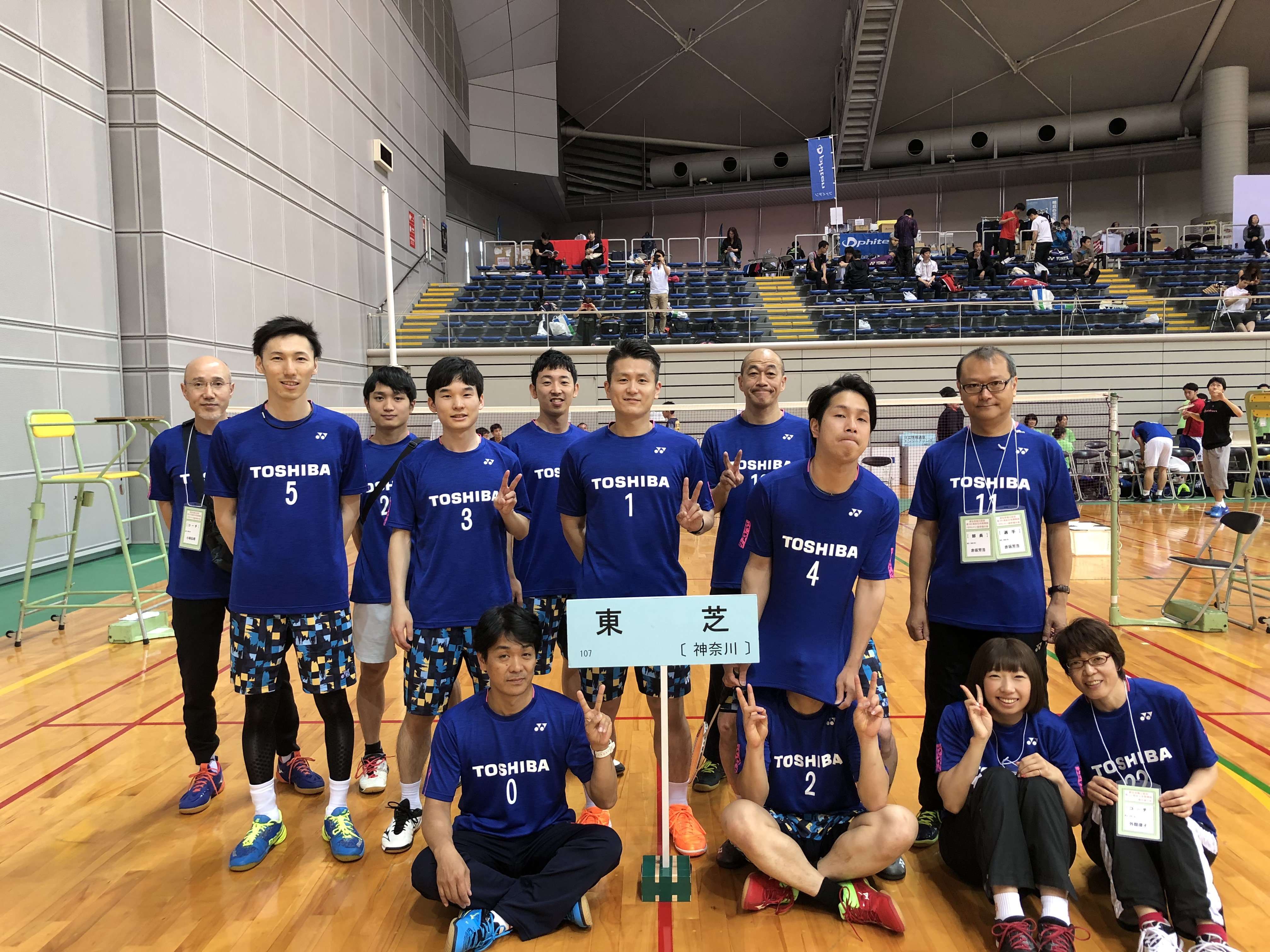 Mr. Hino, donned the number 1 uniform, with members of the Toshiba Badminton Club.