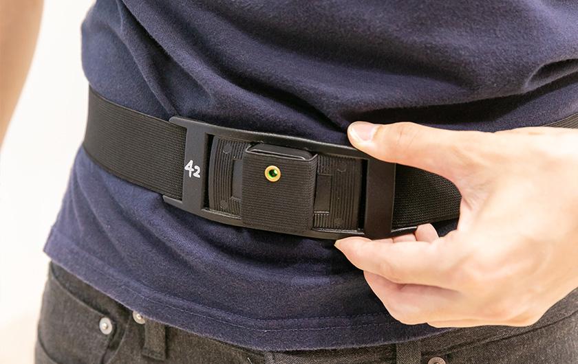 写真 : 腰に装着するモーションセンサー