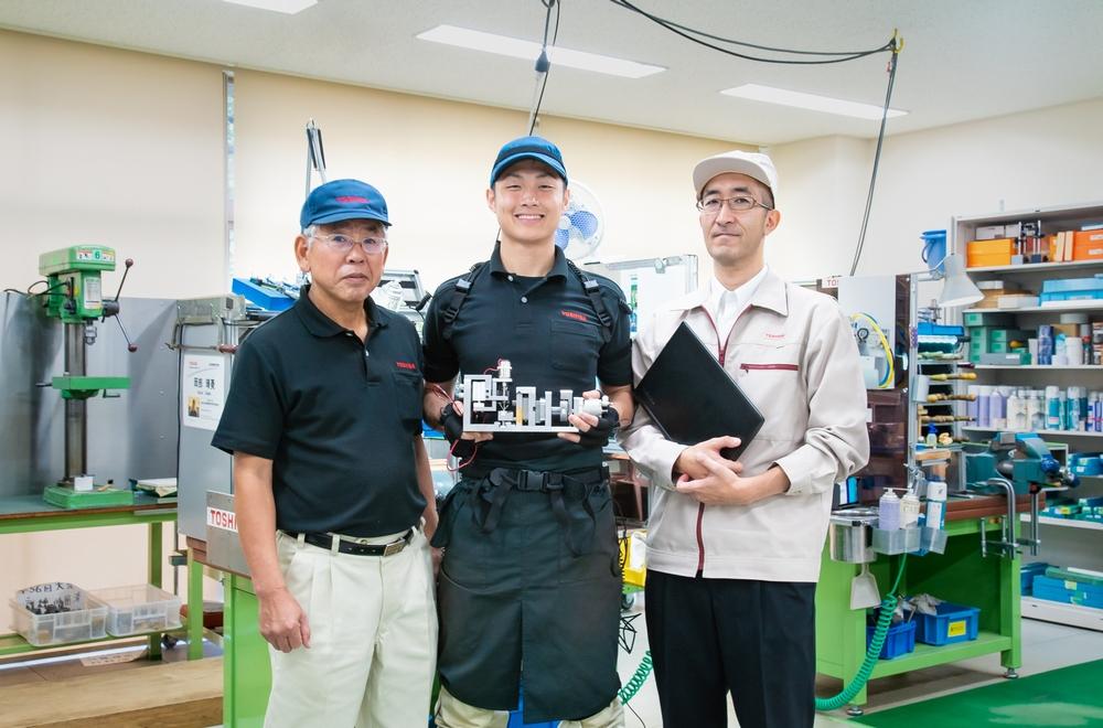 左から松井指導員、岡部選手、中村氏