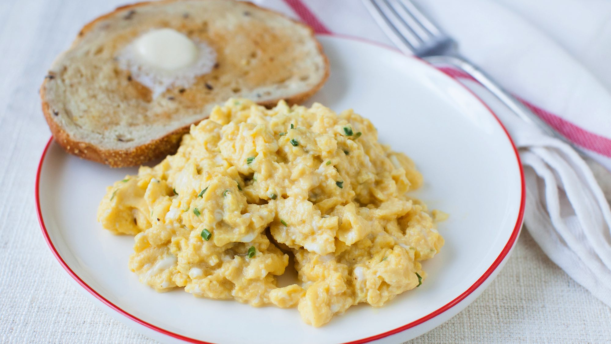 fluffy-eggs-and-chives.jpg