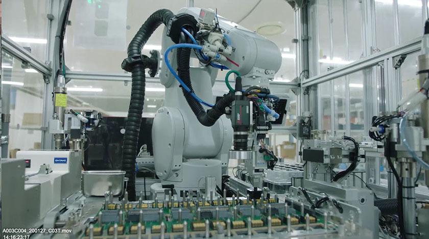 写真 : ロボットを活用した「ガイドピン組立」の例(画像提供:富士通ITプロダクツ)