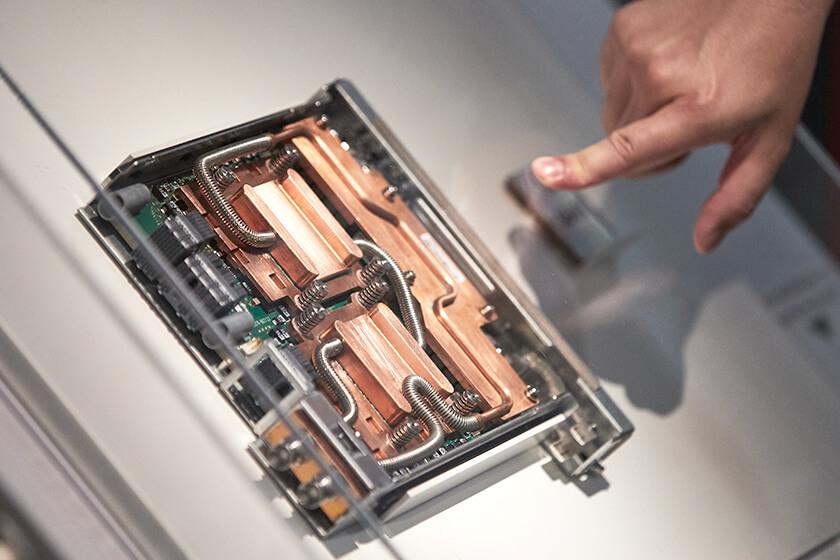写真 : 「富岳」の技術を活用した商用コンピュータPRIMEHPC FX1000のCPUメモリユニット
