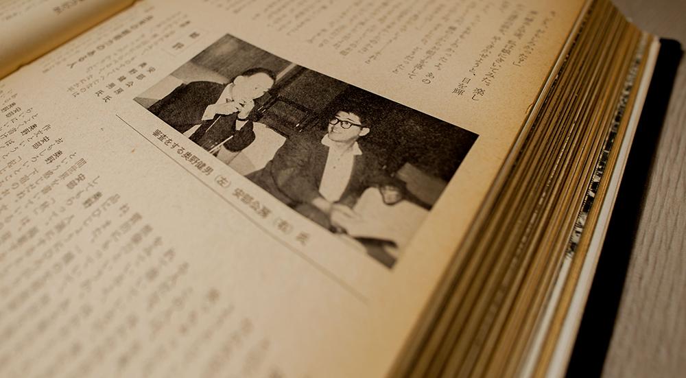 社内の文芸作品コンテストで、従業員の作品を論評する奥野健男(左)と安部公房(右)