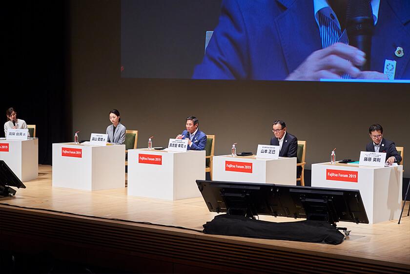 Photo : Panel discussion with (from the left) Airi Hatakeyama, Koji Gushiken, Masami Yamamoto, and Hidenori Fujiwara