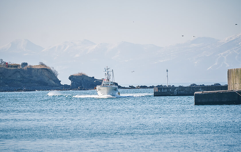 Photo : Kamoenai commands a view of cobalt blue sea. The village previously flourished with herring fishery, boasting of Hokkaido's top catch in 1912.
