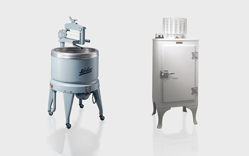 日本初の電機洗濯機(左)と電気冷蔵庫(右)