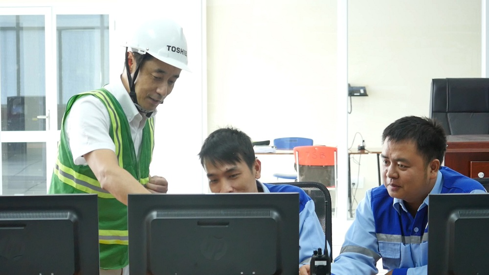 IMAGE OF MR. KAWAMI WORKING WITH CUSTOMERS