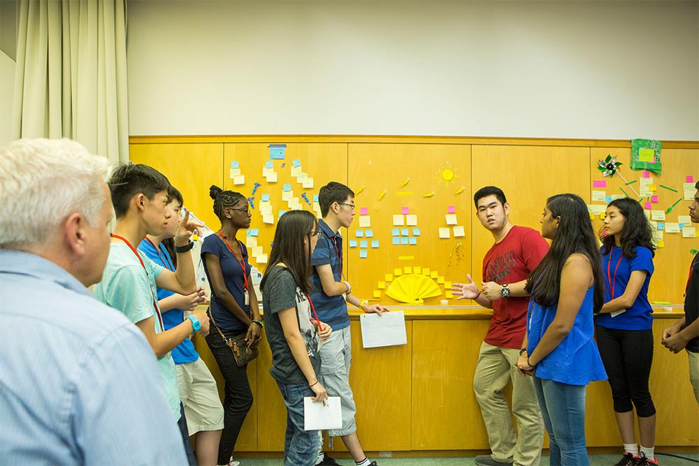 4つの班に分かれて、現代の都市が抱える問題について整理
